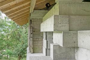 Die Betonbarren sind wie Balken übereinandergeschichtet