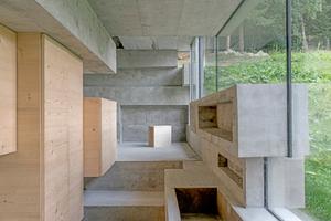 Komplett wird der Innenausbau erst durch die Arbeit der Schreiner, die ihre kantigen Einbauelemente dem Glas und Beton gegenüberstellen