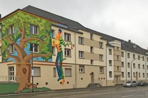 """Die Fassadenmalerei """"Storp 9"""" am Bürgerbegegnungszentrum nach der Sanierung. Der Sohn des verstorbenen Künstlers hat das Werk seines Vaters nach Original-Vorbild erneuert"""