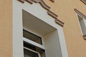 Rechts: Durch das Anbringen von Profilen wurden die alten Fassadenstrukturen nach der Sanierung wieder hergestellt