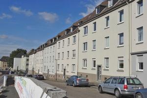 """Straßenzug im Südostviertel Essen vor (links) und nach (rechts) der Sanierung <span class=""""bildnachweis"""">Fotos: Béatrice Engel und Saint-Gobain Weber</span>"""