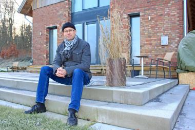 Thomas Wieckhorst, Chefredakteur der Zeitschrift bauhandwerk, vor der zum Wohnhaus umgenutzten Durchfahrtsscheune in Bielefeld Foto: Gonni Engel Kontakt: 05241/801040, thomas.wieckhorst@bauverlag.de
