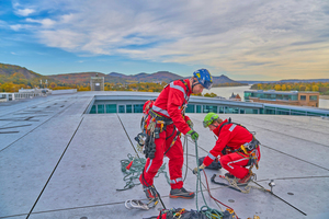 Viel Praxis gab es auf dem 3. Fachkongress für Absturzsicherheit zu sehen: Höhenretter des FISAT auf dem Dach des Veranstaltungsortes, des Kameha Grand Hotels in Bonn⇥Foto: ManicoTV