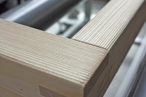 Die dreidimensionale Oberfläche des Holzfensterrahmens wirkt besonders natürlich, stellt aber hohe Anforderungen an die Oberflächenbeschichtung