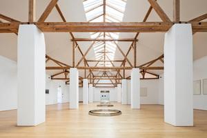 """Im Museum """"Das Maximum"""" in Traunreut werden Werke zeitgenössischer Künstler durch großzügige Sattel-Lichtbänder ins rechte Licht gerückt. Die weißen Wände in Kombination mit dem hellen Parkettboden und dem freigelegten hölzernen Dachstuhl bieten einen eindrucksvollen, aber dennoch zurückhaltenden Rahmen für die Präsentation⇥Foto: Velux Deutschland"""