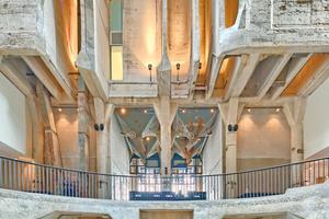 In einem Teil des Silogebäudes blieb die Struktur der Betonsilos erhalten und wurde dazu genutzt, um ein beeindruckendes Atrium zu schaffen⇥Fotos: Ryan Torres