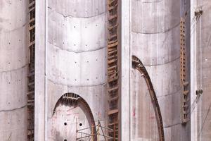 Bevor die Wände der Silos aufgesägt werden konnten, mussten sie mit Stahlbeton verstärkt werden. Nach dem Ausschalen hatten sich ausgehend von den Ankerlöchern senkrechte Schlieren gebildet. An den Schalungsstößen war Betonmasse hervorgequollen⇥Foto: Keim