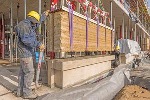 Jedes Lehmsegment steht auf einem Liapor-Leichtbetonsockel, der auch Wärmebrücken verhindert