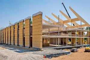 Die Lehmfassade der neuen Alnatura-Zentrale in Darmstadt ist über integrierte Ringanker aus Liapor-Leichtbeton mit dem Gebäudeskelett verbunden
