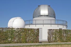 Auf dem Karlsberg liegt die Sternwarte der Astronomischen Vereinigung Weikersheim e. V. mit ihren zwei Kuppeln. Deren infolge ihrer exponierten Lage intensive Bewitterung machte jüngst eine Sanierung der Beschichtung auf der kleineren der beiden Kuppeln erforderlich