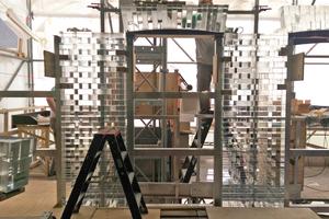 Im Erd- und Obergeschoss klebten die Handwerker auch die Bogenstürze der Fenster und Türen aus Glassteinen zusammen