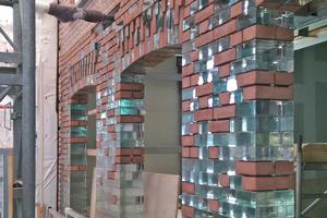 Im Obergeschoss gehen die Backsteine in der Fassade fließend in Glassteine über