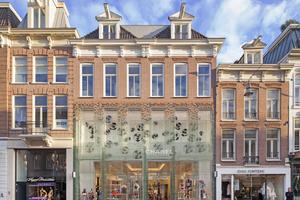 Die von MVRDV entworfenen Crystal Houses in der Amsterdamer P. C. Hoofstraat scheinen sich von der Traufe bis zum Sockel allmählich aufzulösen. Der Effekt beruht auf dem Austausch der Backsteine im Erdgeschoss gegen Glassteine, die exakt in das Steinmaß des Ziegelmauerwerks passen
