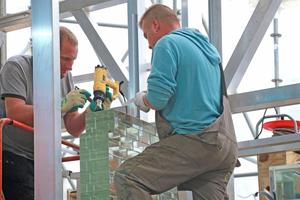 Für die Verklebung der Glassteine verwendeten die Handwerker eine eigens von der TU Delft entwickelte Matrize