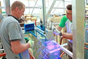 Die Verklebung der Glassteine erfolgte auf der Baustelle unter UV-Licht