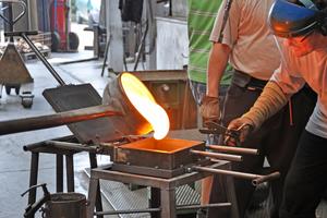 Die Glassteine wurden von Hand aus flüssigem Glas in Formen gegossen