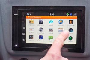 Das Infotainmentsystem wird über einen 6 Zoll Touchdisplay bedient