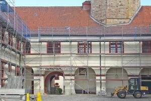 """Blick in den eingerüs-teten Innenhof während der Sanierungs- und Restaurierungsarbeiten<span class=""""bildnachweis"""">Fotos: Staatliches Baumanagement Osnabrück-Emsland</span>"""