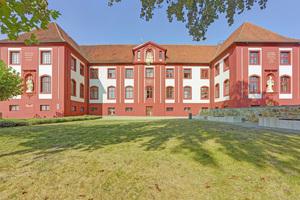 Das prunkvoll erbaute Konventgebäude des Klosters in Bad Iburg ist mit einem dreischichtigen Auftrag einer roten, hoch wetterbeständigen Silikonharzfarbe versehen