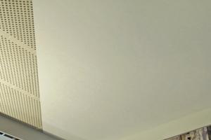 """Das System """"Cleaneo Systexx"""" ermöglicht fugenlose, geschlossene und dennoch akustisch wirksame Deckenkonstruktionen"""