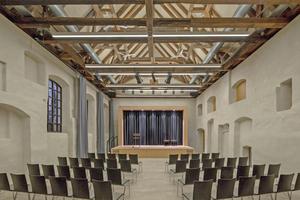 In der ehemaligen Klosterbrauerei befindet sich heute der Gemeindesaal. Hier wurden zwei Ebenen zurückgebaut, um den Blick in den beeindruckenden historischen Dachstuhl freizugeben