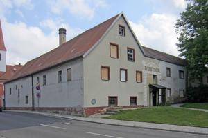 Das Kapuzinerkloster in Neumarkt in der Oberpfalz vor (links) und nach (rechts) der Sanierung und Umnutzung