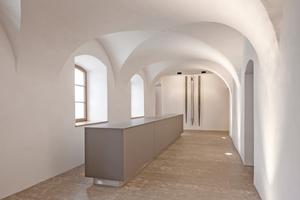 """Die Theke im Foyer des kleinen Saals fertigten die Schreiner aus der Mehrschichtplatte  """"Fenix"""", die eine besonders matte Oberfläche und weiche Haptik hat"""
