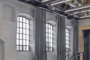 Im Veranstaltungssaal wurden alte Fensteröffnungen wieder freigelegt und neue Metall-Sprossenfenster im alten Stil mit Isolierverglasung eingesetzt