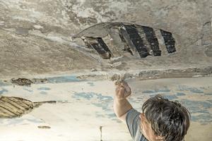 Bevor der Kalkputz aufgebracht werden konnte, nahm Restaurator Christian Bayer so lange Farbschichten und Überputzungen ab, bis er auf einen mineralischen, saugfähigen Untergrund traf