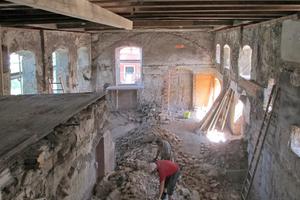 Neben zwei Ebenen entfern-ten die Handwerker auch den Kamin aus der ehemaligen Klosterbrauerei