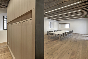 Die Trennwand im kleinen Saal dient zum Saal hin als Projektionsfläche und rückwärtig als Garderobe