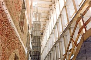 Links: Das Bestandsgebäude wurde komplett entkernt, neugestaltet und die ehemalige Außenwand neu verputzt