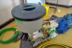 Der spritzfähige Fugenmörtel wurde mit Maschinentechnik auch bei unbeständiger Witterung durchgehend maschinell verarbeitet