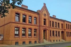 """Das """"Rote Schulhaus"""" lädt zum Lernen ein. Die sanierte Goethe-Grundschule im Ortsteil Fürstenberg von Eisenhüttenstadt"""