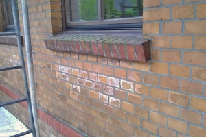 Salzausblühungen auf der Backsteinfassade