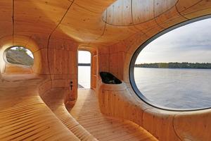 Links: Blick in Richtung Eingang und Ofen in der organisch geformten Sauna