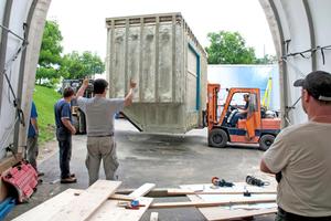 Oben Links: Der Baukörper wurde als tragende Stahl-Leichtbau-Unterkonstruktion vorgefertigt