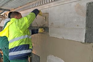 Auftrag des Remmers Restauriermörtels an der Sandsteinfassade