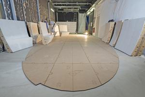 Um dem Raum seine spätere Form zu geben, wurden passgenaue Anlegeschablonen auf dem Boden ausgelegt