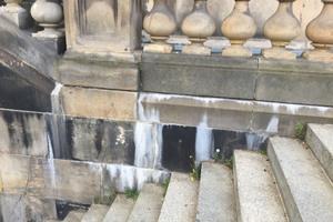 Besonders an der Sandsteinbalustrade und an den Fugen zwischen den Granit-Terrassenplatten zeigten sich die Feuchteschäden