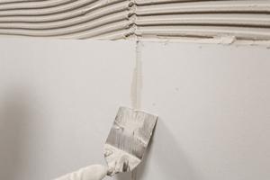 Die Plattenstöße können direkt nach der Verklebung verspachtelt werden. Überstände lassen sich nach Trocknung am nächsten Tag leicht abstoßen bzw. schleifen