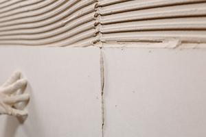Panels auf Stoß verarbeiten. Ränder dünnschichtig mit Klebespachtel belegen