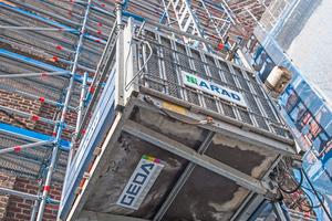 """Die Transportbühne """"Geda 500 Z/ZP"""" bringt Handwerker und Materialien komfortabel, zügig und sicher an ihren Einsatzort<br />"""