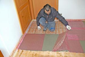 Bei Materialübergängen oder Rissen über 3 mm werden Glasfaserstränge vorab in die Ausgleichsmasse eingelegt