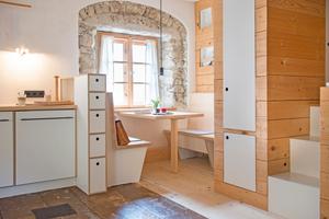"""Auch in der Essecke der """"Winterstube"""" trifft historisches Baumaterial auf Moormann-Möbel-Design"""