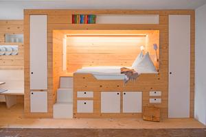 """Geschlafen wird in der """"Winterstube"""" in einem modern gestalteten Alkoven, der zugleich ein Schrankelement ist"""