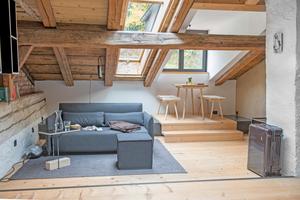 """Couch unterm Dachfenster im """"Bergfried"""""""