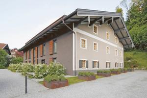 """Beim Gästehaus berge von Nils Holger Moormann handelt es sich um ein 1552 in Aschau errichtetes Bauwerk, das seit 1671 den """"Dorfbäck"""" beherbergte⇥Fotos (2): Jäger & Jäger"""