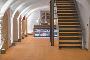 """Schon im Eingangsbereich der berge besticht im Erdgeschoss die Mischung aus historischem Baumaterial und zeitgemäßem Design<span class=""""bildnachweis"""">Fotos (3): We Make Them Wonder / Phil Löffler</span>"""