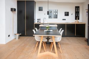 """Tisch und Küche in der """"Hohen Kammer"""""""